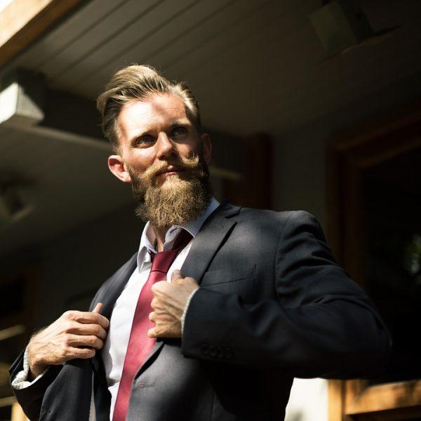 homme barbu entretien barbe salle de bain