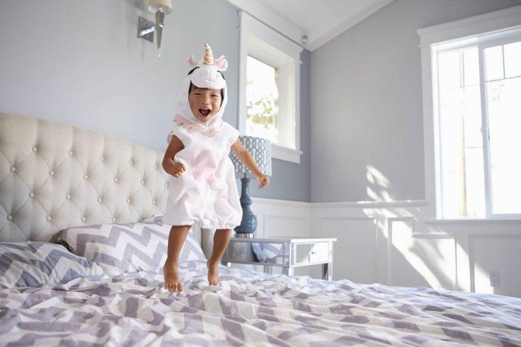 Un enfant joyeux lors de son anniversaire