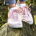 Un exemple de tenue pour les femmes avec des sneakers